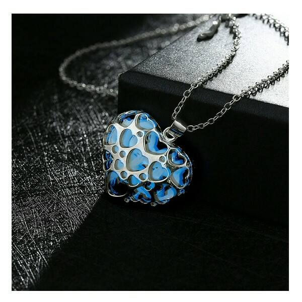 Kék színben foszforeszkáló szív nyaklánc