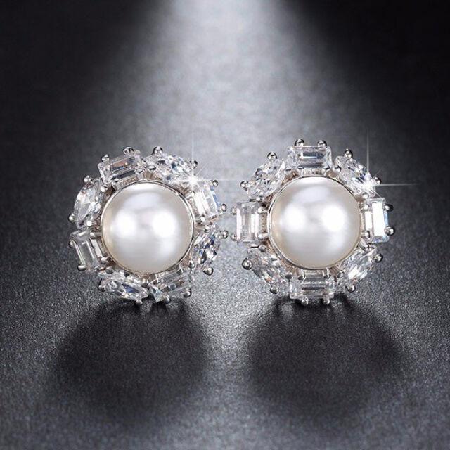 Beszúrós gyöngy fülbevaló körben Swarovski kristályokkal whitegold fülbevaló